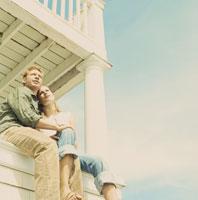 ポーチから景色を眺めるカップル 24007000454| 写真素材・ストックフォト・画像・イラスト素材|アマナイメージズ