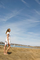 草原の中に立っている女性 24007000467| 写真素材・ストックフォト・画像・イラスト素材|アマナイメージズ