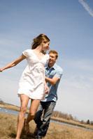 草原の中を走っているカップル