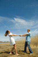 草原の中でダンスをするカップル