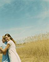 草原の中で寄り添うカップル
