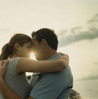 夕日の中で抱き合うカップル