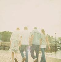 海岸を散歩する男女の後姿