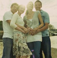 海岸で楽しそうに寄り添う男女