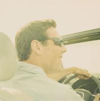 ドライブしている男性 24007000507| 写真素材・ストックフォト・画像・イラスト素材|アマナイメージズ