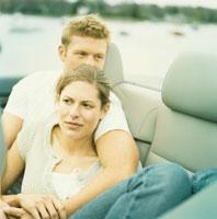車の中で寄り添っているカップル