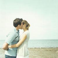 浜辺で寄り添うカップル