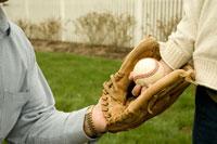 野球をする孫息子と祖父の手元 24007000597| 写真素材・ストックフォト・画像・イラスト素材|アマナイメージズ