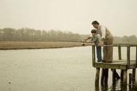 湖で釣りをする祖父と孫息子 24007000608| 写真素材・ストックフォト・画像・イラスト素材|アマナイメージズ
