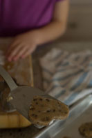 クッキーを作る祖母と孫娘の手元