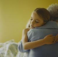 寝る前に抱き合う孫娘と祖母