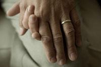 手を握り合うシニアカップルの手元 24007000718| 写真素材・ストックフォト・画像・イラスト素材|アマナイメージズ