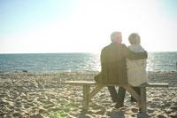 砂浜でベンチに座るシニアカップル 24007000770  写真素材・ストックフォト・画像・イラスト素材 アマナイメージズ