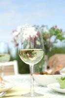 白ワインが入ったグラス 24007000803| 写真素材・ストックフォト・画像・イラスト素材|アマナイメージズ