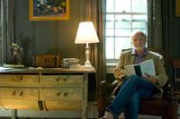 窓際で本を読むシニア男性 24007000815| 写真素材・ストックフォト・画像・イラスト素材|アマナイメージズ