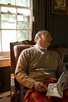 椅子でうたた寝をするシニア男性 24007000824| 写真素材・ストックフォト・画像・イラスト素材|アマナイメージズ