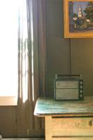 窓際のテーブルに置かれた古いラジオ