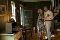 居間でダンスをするシニアカップル