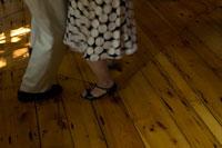 居間でダンスをするシニアカップルの足元 24007000832| 写真素材・ストックフォト・画像・イラスト素材|アマナイメージズ