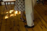 居間でダンスをするシニアカップルの足元 24007000833| 写真素材・ストックフォト・画像・イラスト素材|アマナイメージズ