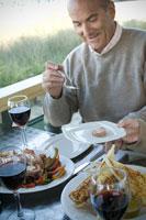 食事を楽しむシニア男性