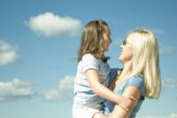 娘を抱上げる母親