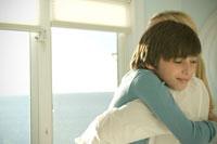 抱き合う母と息子