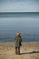 海を見る少年の後ろ姿 24007000960| 写真素材・ストックフォト・画像・イラスト素材|アマナイメージズ