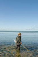 網をもち佇む少年の後ろ姿 24007000966| 写真素材・ストックフォト・画像・イラスト素材|アマナイメージズ