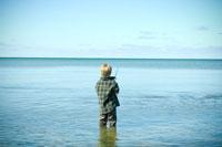 海釣りをする少年 24007000970| 写真素材・ストックフォト・画像・イラスト素材|アマナイメージズ