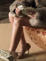 お金を数えている女性