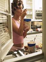 アイスクリームを食べる過食症の女性