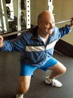 バーベルでトレーニングをするシニア男性
