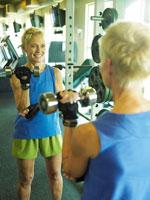 鉄アレイでトレーニングをするシニア女性