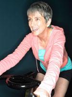 エアロバイクでエクササイズをするシニア女性