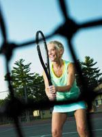 テニスをするシニア女性