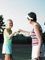 テニスを楽しむシニア女性