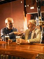 バーでビールを飲むシニア男性