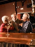 バーで喧嘩をする男性と仲裁をする女性 24008000143| 写真素材・ストックフォト・画像・イラスト素材|アマナイメージズ