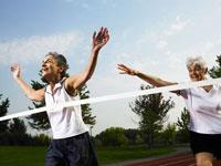 徒競走でゴールインするシニア女性