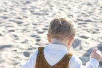 砂浜で遊ぶ男の子 24009000015| 写真素材・ストックフォト・画像・イラスト素材|アマナイメージズ