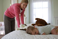 ベッドルームで遊ぶ母親と男の子