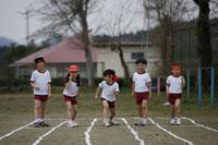 リレーでスタートラインに並んだ小学生