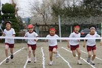運動会のリレーでゴールする直前の小学生 24009000075| 写真素材・ストックフォト・画像・イラスト素材|アマナイメージズ