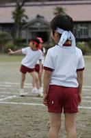 運動会のリレーを見守る小学生 24009000077| 写真素材・ストックフォト・画像・イラスト素材|アマナイメージズ