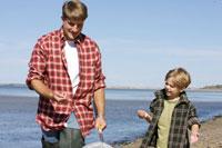 海岸で貝殻を拾う親子 24009000137| 写真素材・ストックフォト・画像・イラスト素材|アマナイメージズ