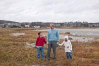 海岸で手を繋ぐ祖父と孫 24009000144| 写真素材・ストックフォト・画像・イラスト素材|アマナイメージズ