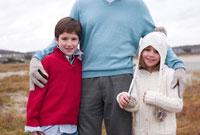 孫を抱き寄せる祖父 24009000145  写真素材・ストックフォト・画像・イラスト素材 アマナイメージズ