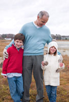 孫を抱き寄せる祖父 24009000146| 写真素材・ストックフォト・画像・イラスト素材|アマナイメージズ