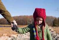 赤い毛糸の帽子を被った女の子